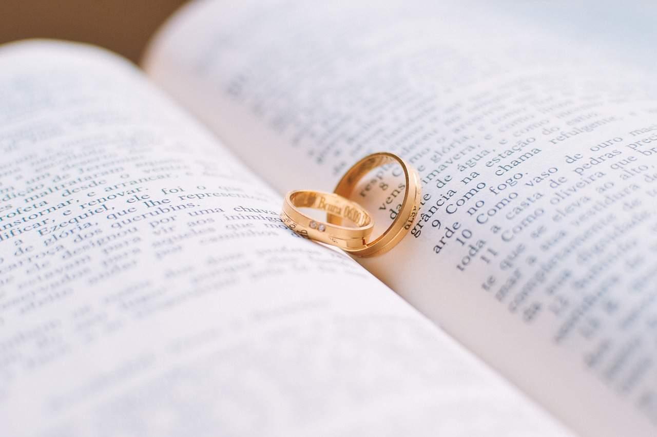 טבעות נישואין על ספר