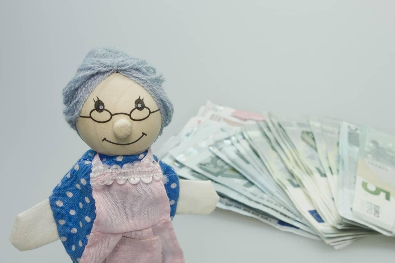 בובה של זקנה עם כסף
