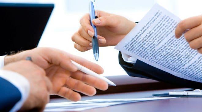 שני אנשים חותמים על חוזה