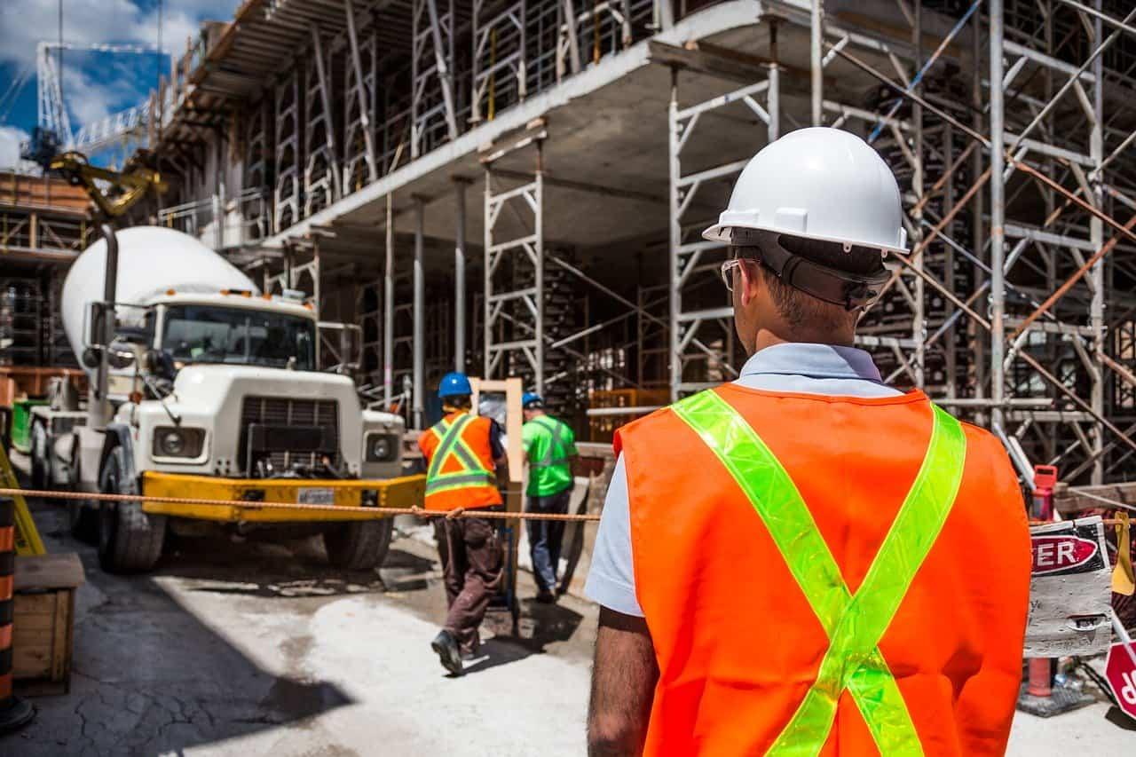 קבלן בנייה מתבונן על תשתית שהחלה הבנייה שלה